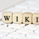 wiki auf holzwürfeln auf tastatur
