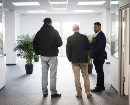 mitarbeiter im gespräch mit kunden