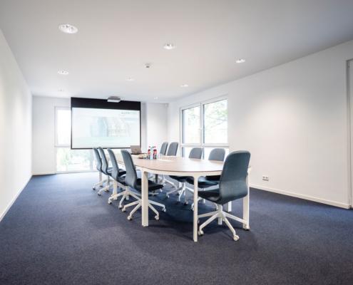 besprechungsraum mit blauem teppich