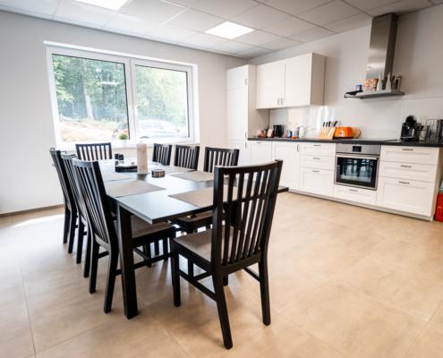 weiße küche mit schwarzer essgruppe