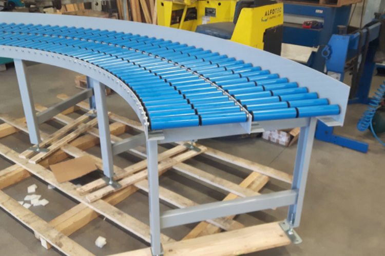Roller conveyor with curve
