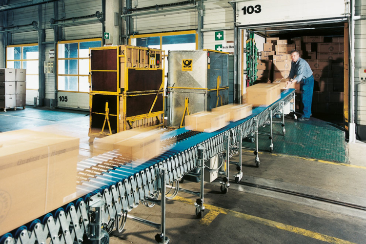 Shears roller conveyor moves packages