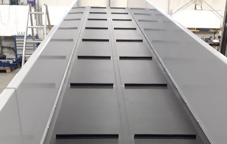 Ascending belt conveyor cleats