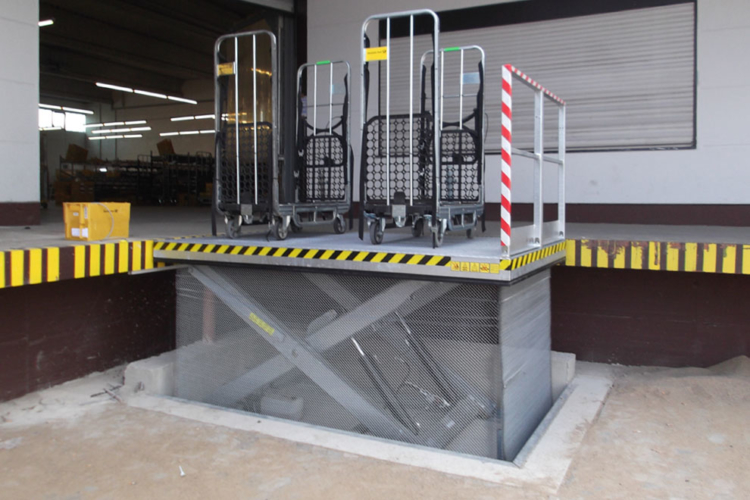 loading lift table with transported material