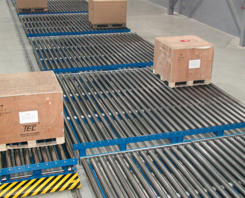 Roller conveyor with wooden plates